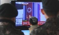 Corea del Norte lanza su controvertido cohete en medio de protestas