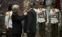 Líder partidista vietnamita condecora al presidente cubano con Orden de la Estrella Dorada