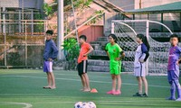 Niños vietnamitas juegan fútbol en Rusia