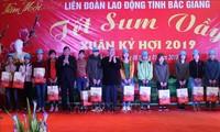 Líder partidista entrega regalos del Tet a trabajadores en Bac Giang