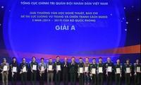 Entregan premios a obras literarias y periodísticas destacadas sobre el Ejército y la Revolución vietnamitas