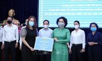Empresas y ciudadanos vietnamitas hacen donaciones para enfrentar Covid-19 y desastres naturales