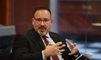 El presidente electo de Estados Unidos nombra como secretario de Educación al latino Miguel Cardona