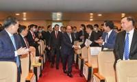 Premier vietnamita asiste a una conferencia de implementación de las tareas del sector bancario en 2021