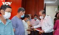 Líderes gubernamentales y parlamentarios entregan obsequios de Tet a personas desfavorecidas