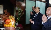 Premier vietnamita ofrece inciensos al presidente Ho Chi Minh