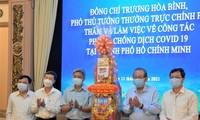 Líderes del Partido y Estado estimulan a trabajadores de sanidad y ciudadanos afectados por el covid-19 en ocasión del Tet 2021