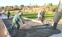 Compatriotas Bahnar en Kon Tum participan activamente en la construcción del nuevo campo
