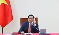 Premier vietnamita conversa con su par singapurense