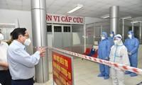 Premier vietnamita inspecciona el tratamiento de pacientes con covid-19 en provincias sureñas