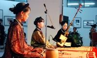 Jóvenes vietnamitas con la protección de arte tradicional