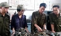 Joven oficial que aprende de la moral de Ho Chi Minh