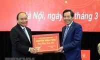 PM Nguyen Xuan Phuc works with Nhan Dan newspaper