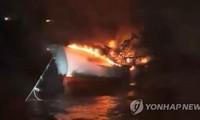 한국 화재 어선 실종자 수색, 아직 성과 없음
