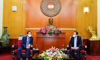 조국전선중앙위원회 쩐 타인 먼 위원장, 주베트남 한국대사로부터 50억 동 지원금을 전달받았다