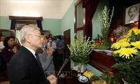 응우옌 푸 쫑 서기장–국가주석, 호찌민주석에 분향