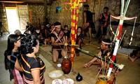 바나 (Ba Na) 소수민족의 단결정신을 표명하는 떠몬 (Tơ Mon) 의례