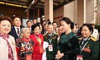 응우옌 티 낌 응언 국회의장, 애국경진대회 참여 대표단과 만남