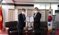 주한 베트남 대사, 박수관 씨에게 명예총영사 임명 결정서 전달
