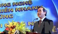 Nguyen Van Binh au forum sur le développement de l'industrie intelligente