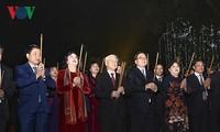Nguyen Phu Trong brûle des bâtonnets d'ensens en l'honneur du roi Ly Thai To