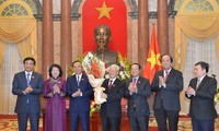Nguyên Phu Trong travaille avec le bureau présidentiel