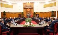 Vuong Dinh Huê reçoit des hommes d'affaires suisses