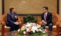 Vu Duc Dam reçoit la représentante en chef de l'UNICEF au Vietnam