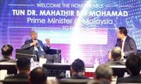 Mahathir Mohammad rencontre le personnel du groupe FPT