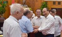 Nguyên Xuân Phuc rencontre des personnes qui ont connu de près le Président Hô Chi Minh