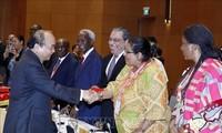 Des ambassadeurs des pays du Moyen-Orient et de l'Afrique reçus par Nguyên Xuân Phuc