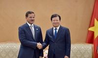 Trinh Dinh Dung reçoit le ministre de l'Économie émirati