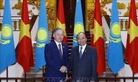 Nguyên Xuân Phuc reçoit le président de la Chambre basse kazakh