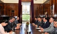 Le vice-Premier ministre Trinh Dinh Dung rencontre les entreprises australiennes