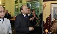 Offrande d'encens aux anciens dirigeants vietnamiens