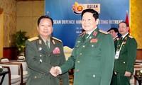 Ngô Xuân Lich rencontre ses homologues laotien et australienne