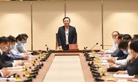 Vuong Dinh Huê invite les entreprises à s'impliquer davantage dans le combat contre le Covid-19