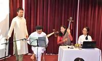 Luc Pham Quynh Nhi et la cithare à 16 cordes