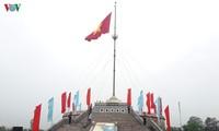 Levée des couleurs nationales au pont Hiên Luong