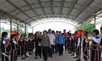 Truong My Hoa remet 55 bourses aux étudiants de Kon Tum
