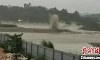 Suite à des pluies torrentielles, la Chine fait exploser un barrage