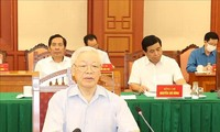 13e Congrès national du PCV: Nguyên Phu Trong préside une réunion de la sous-commission chargée des documents