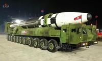 Pyongyang présente un missile balistique intercontinental géant lors d'un défilé militaire