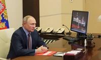 Vladimir Poutine signe la prolongation du traité russo-américain de désarmement nucléaire