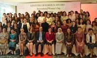 Rencontre avec les ambassadrices et les épouses d'ambassadeurs étrangers au Vietnam