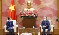Vuong Dinh Huê reçoit l'ambassadeur du Cambodge