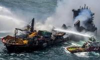 """Sri Lanka: le porte-conteneurs incendié """"en train de sombrer"""""""
