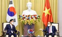 Le ministre  sud-coréen des Affaires étrangères reçu par Nguyên Xuân Phuc