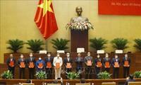 Vuong Dinh Huê remet leur acte de nomination aux nouveaux dirigeants de l'AN