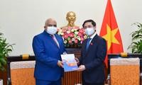 Bui Thanh Son reçoit l'ambassadeur de Cuba